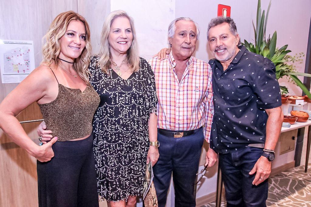 Leleco Barbosa e Maninha recebem o abraço do casal Elio Abdon