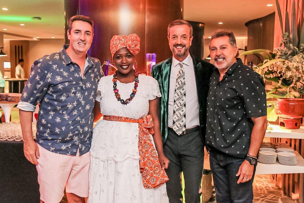 O Francês e os diretores do Camarote com a baiana do acarajé